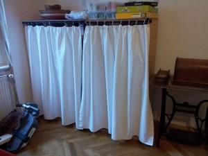 Regal mit Vorhang