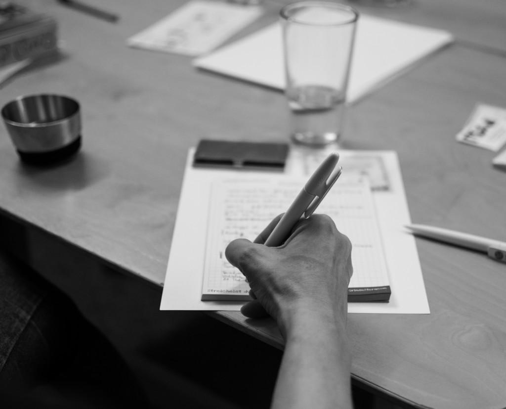 DSC_0295 Bloggen Workshop Gabis Hand beim Schreiben